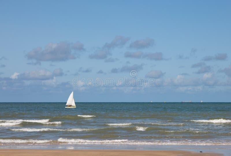 Einzelnes Yachtsegeln in einem blauen Meer lizenzfreie stockfotos