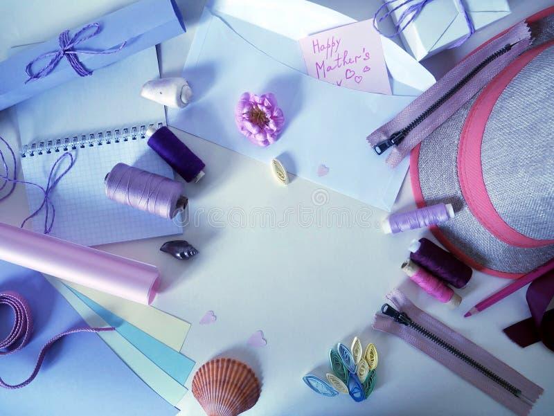 Einzelteile für Näharbeit auf einem hellen Hintergrund, Vorbereitung für Mutter ` s Tag lizenzfreies stockfoto