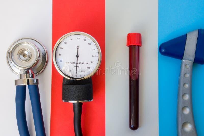 Einzelteile und Geräte für medizinische hauptsächlichdiagnosen: Stethoskop, Sphygmomanometer, Laborversuchrohr mit Blutprobe und  stockfotos