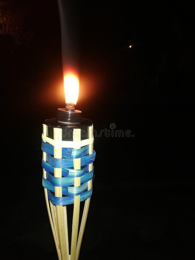 Einzigartige Bambuskerze nachts stockfotografie
