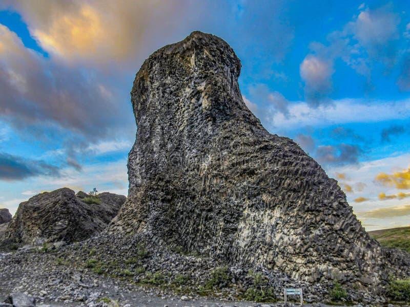 Einzigartige geologische Bildungen Säulenbasalt und Basaltrosetten bei Vesturdalur, Asbyrgi, mit drastischem Himmel im Sonnenunte lizenzfreie stockfotografie