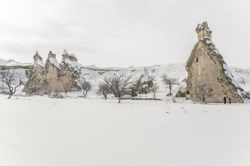 Einzigartige geologische Felsformationen unter Schnee in Cappadocia, Türke lizenzfreies stockbild
