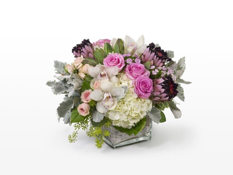 Einzigartige Mischblumenanordnung mit rosa Rosen, rosa Protea und weißen Orchideen stockfotos
