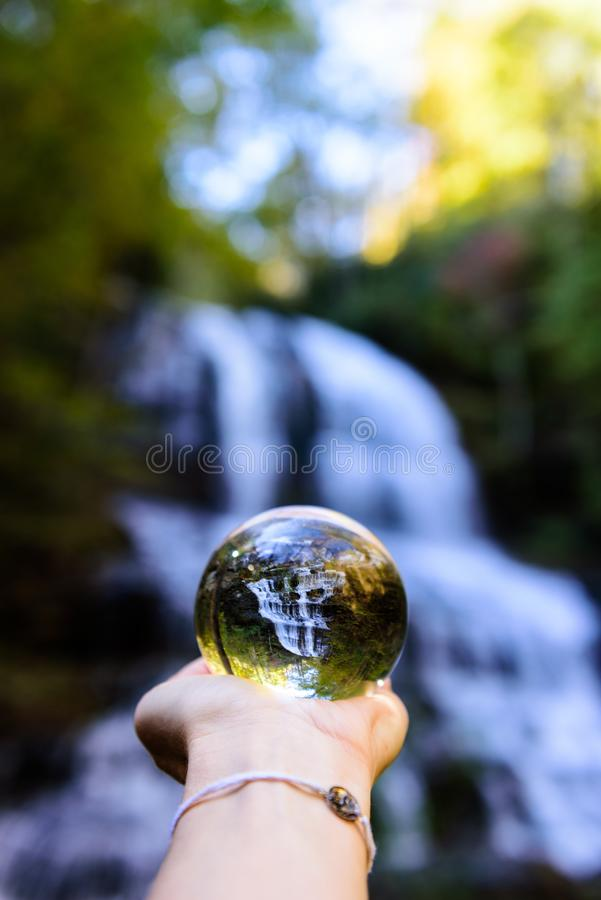 Einzigartige Perspektive von Pearson Waterfall im North Carolina lizenzfreies stockbild