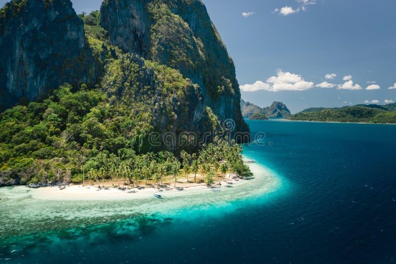 Einzigartige Schönheit von tropischer Pinagbuyutan-Insel und von weißem Sand ipil Strand in blauem Ozean EL Nido, Palawan, Philip lizenzfreie stockbilder