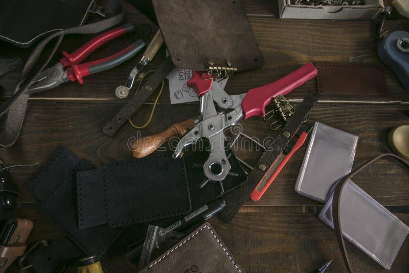 Einzigartige Werkzeuge der Vielzahl für Gerber und fertige Lederwaren stockbilder