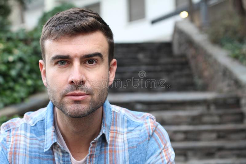 Einzigartiger Mann mit einem blauen Auge und einem braunen Auge lizenzfreies stockbild