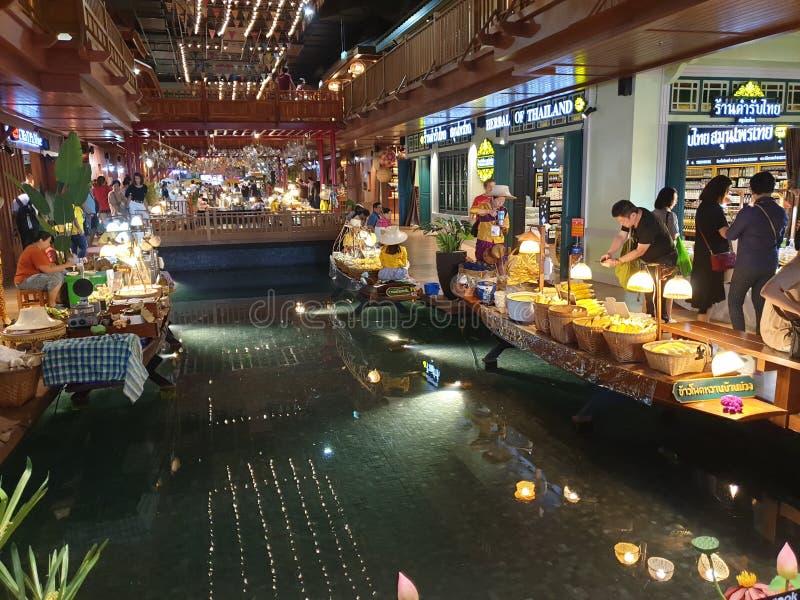 Einzigartiger sich hin- und herbewegender Innenmarkt Bangkok Iconsiam lizenzfreie stockbilder