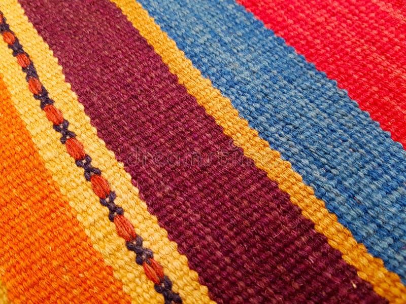 Einzigartiges buntes handgefertigtes traditionelles Ost - europäische Wolldecke lizenzfreie stockbilder