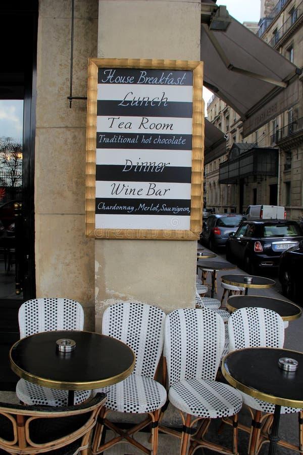 Einzigartiges Menü auf äußerem Café des Zementbeitrags, Paris, Frankreich, 2016 lizenzfreies stockfoto