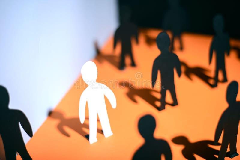 Einzigartigkeit und Individualit?t Das Konzept von Papierleuten, das Problem der Anpassung der neuen Angestellter zeigend stockfotos