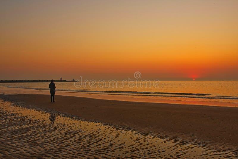 Einzige Frau und Sonnenuntergang lizenzfreies stockbild