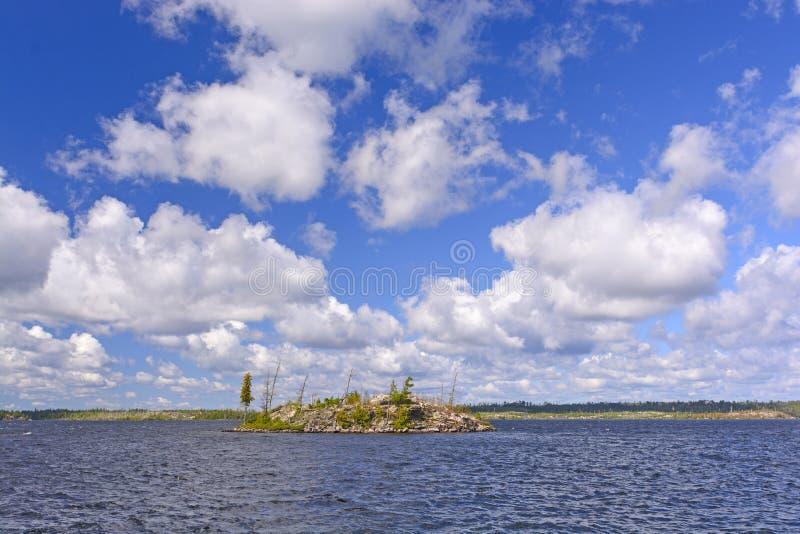 Einzige Insel unter einem großen Himmel lizenzfreie stockbilder