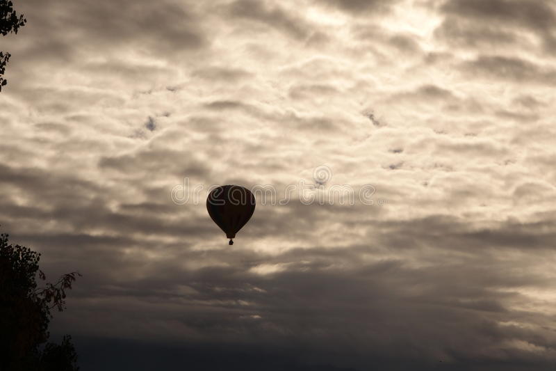 Einziger Heißluftballon stockfotografie