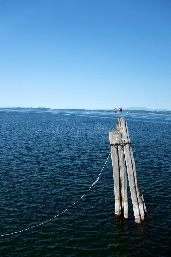 Einziger Pier Piling mit Lichtern lizenzfreies stockbild