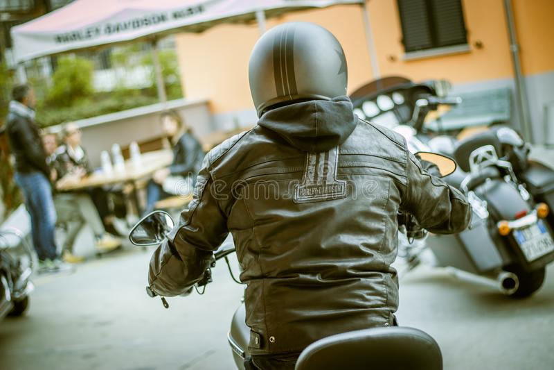 Einziger Reiter Harley Davidsons auf dem Reisen des Motorrades lizenzfreie stockfotos