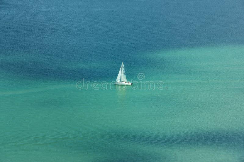 Einziges Boot auf Plattensee stockfoto