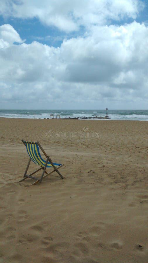 Einziges deckchair an einem stürmischen Tag lizenzfreies stockfoto