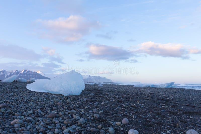 Eis auf Basaltschwarzsanden lizenzfreie stockfotografie