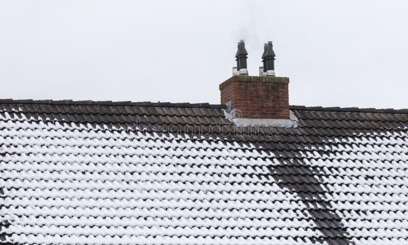 Eis auf Dach und Gossen lizenzfreie stockbilder