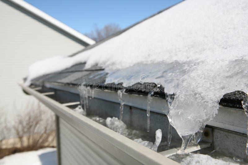 Eis auf Dach und Gossen lizenzfreies stockfoto