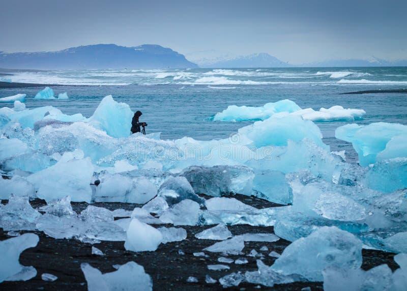 Eis auf der Küste mit einem Fotografen stockfotos