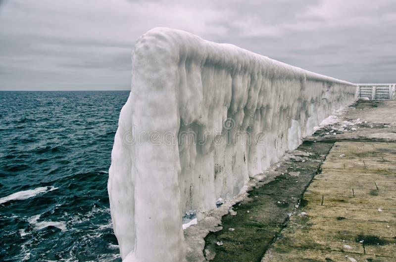 Eis-bedeckte Oberfläche des pier's Jachthafens stockfotografie