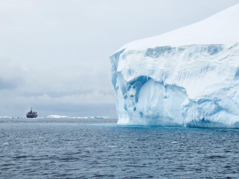 Eis Berg und Expeditionsschiff stockbild