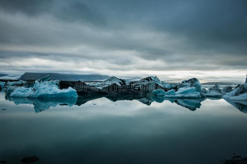 Eis Bergs in einem Gletschersee lizenzfreies stockbild