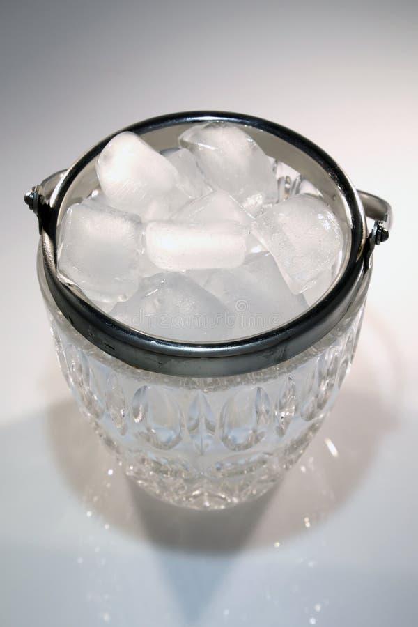 Eis in einer Glasschüssel stockfoto