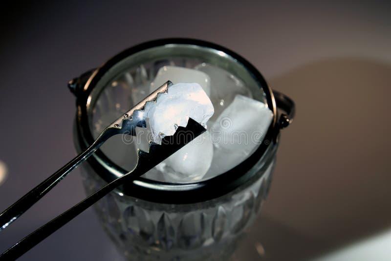 Eis in einer Glasschüssel lizenzfreie stockfotografie