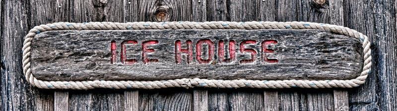 Eis-Haus-Antike verwittertes hölzernes Zeichen stockfotografie
