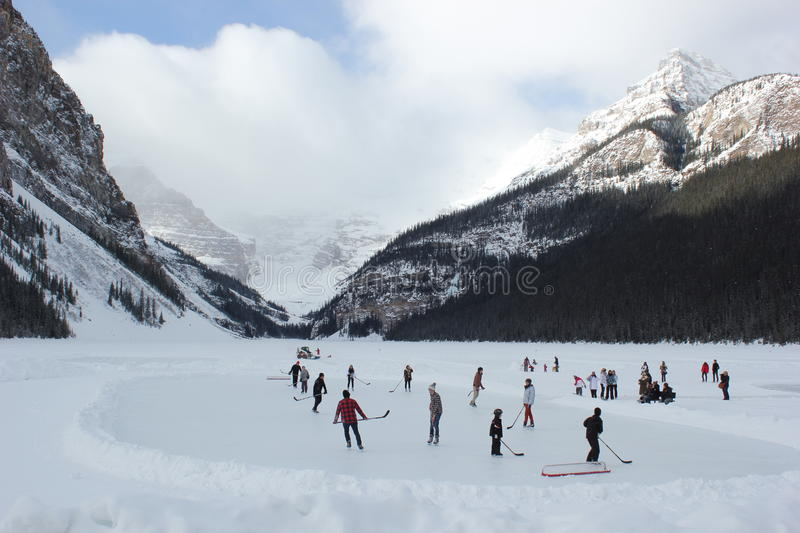 Eis-Hockey auf Lake Louise lizenzfreie stockfotos