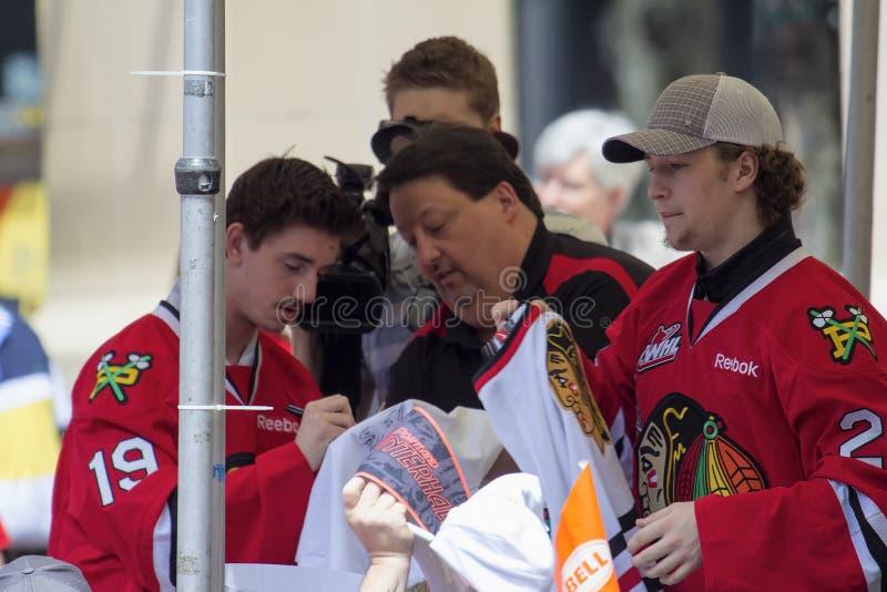 Eis-Hockey-Spieler Portlands Winterhawks, die Autogramme unterzeichnen lizenzfreie stockfotos