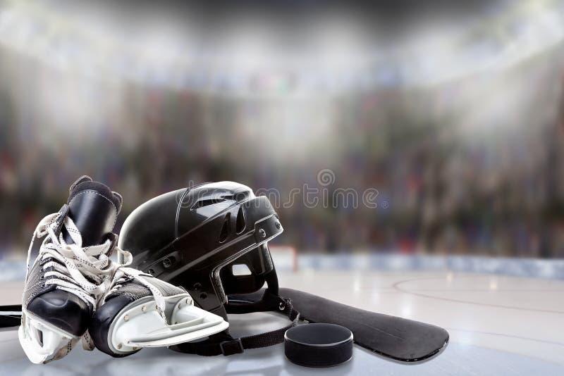 Eis-Hockey-Sturzhelm, Rochen, Stock und Kobold in der Eisbahn stockfoto