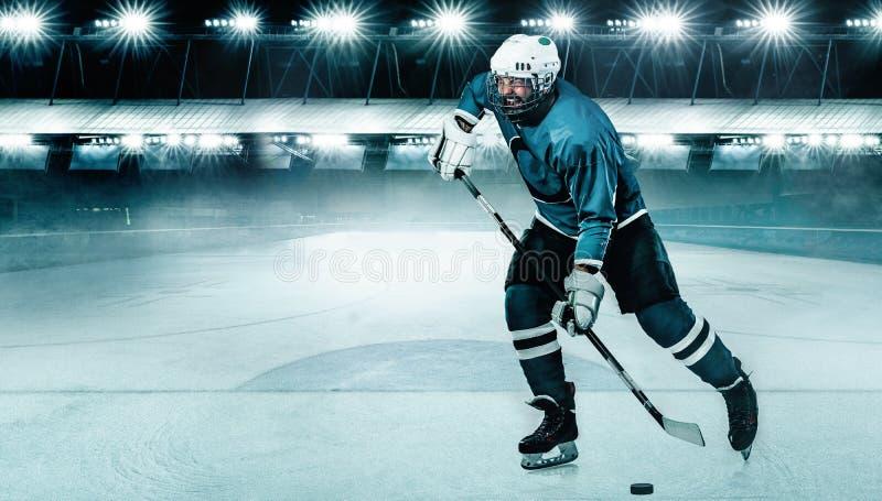 Eis-Hockeyspielerathlet im Sturzhelm und Handschuhe auf Stadion mit Stock Aktionsschu? Getrennt auf Wei? stockbild
