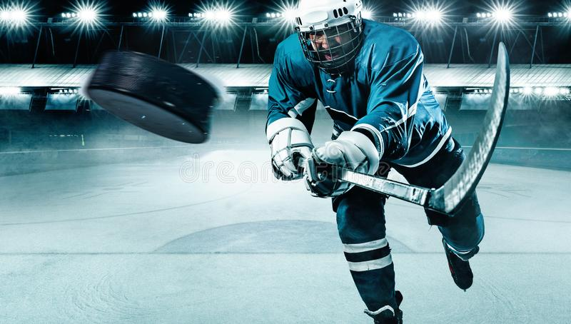 Eis-Hockeyspielerathlet im Sturzhelm und Handschuhe auf Stadion mit Stock Aktionsschu? Getrennt auf Wei? stockbilder