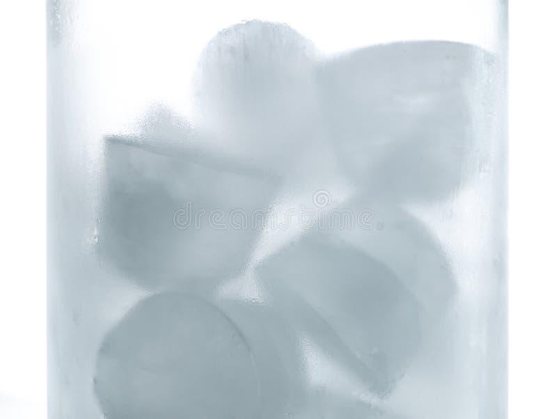 Eis im frischen Glas des Wassers mit Frost auf Seiten stockbild