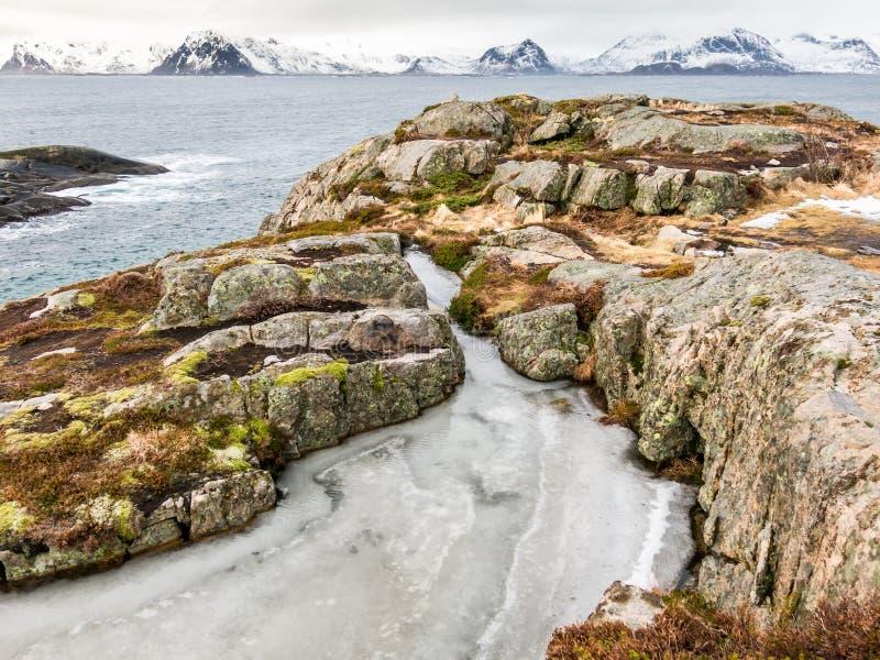 Eis im Winter an der felsigen Westküste von Austvagoy und von Gimsoystraumen, Lofoten-Inseln, Nordland, Norwegen stockfoto