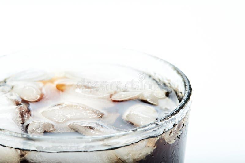 Eis mit Koks im Glas lizenzfreie stockfotos