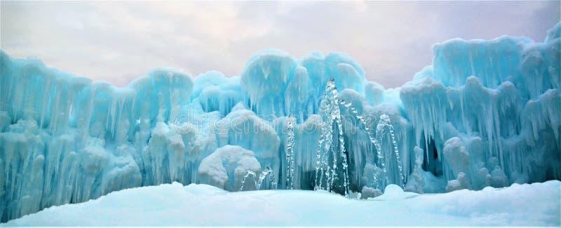 Eis-Schlösser mit Brunnen stockfotografie