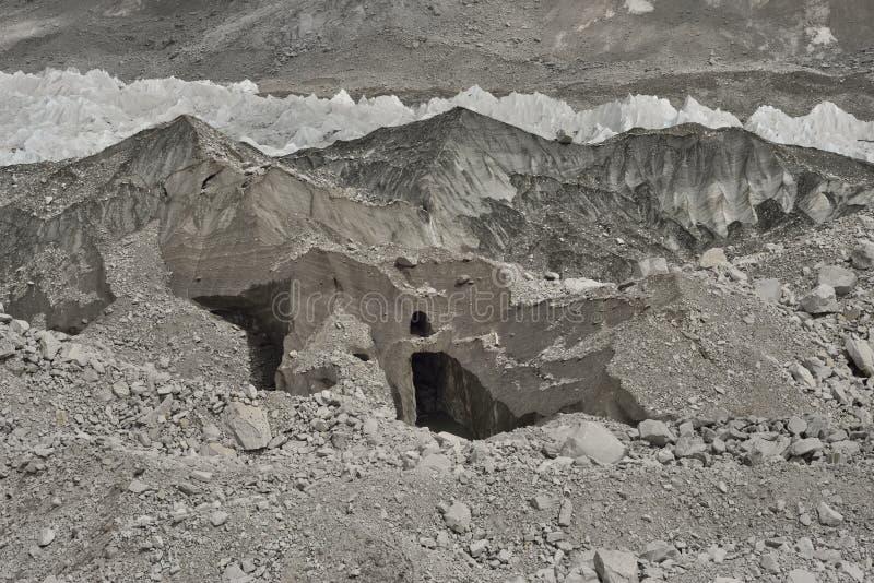 Eis und Steine vom tiefen Tal von Khumbu-Gletscher von niedrigem Lager Everest, Himalaja nepal stockbild