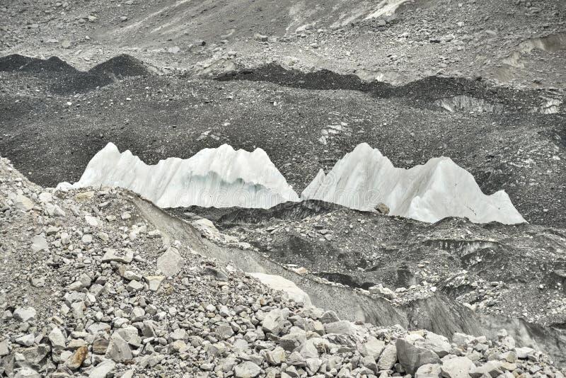 Eis und Steine vom tiefen Tal von Khumbu-Gletscher von niedrigem Lager Everest, Himalaja nepal lizenzfreie stockbilder