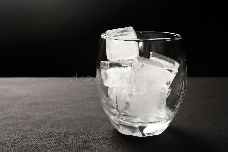 Eis-Würfel im Glas lizenzfreie stockfotografie