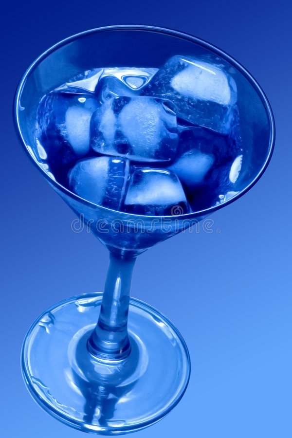 Eis-Würfel im Martini-Glas stockfoto