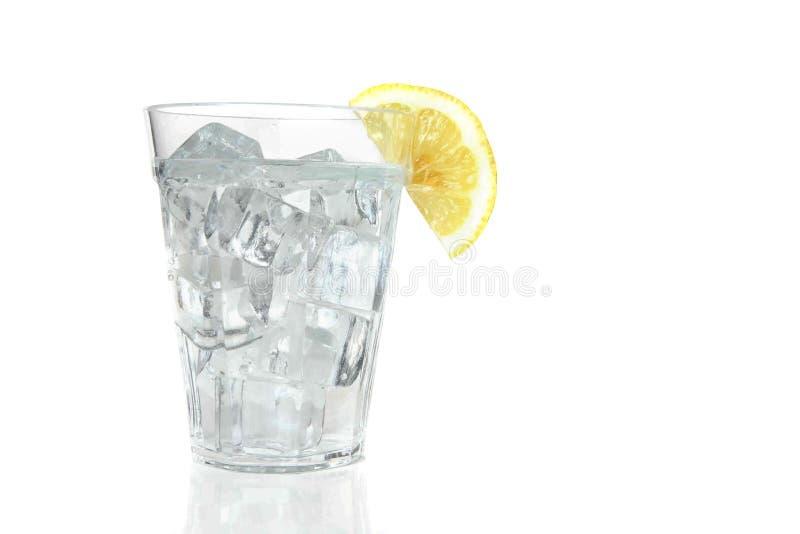Eis-Wasser mit Zitrone stockfoto