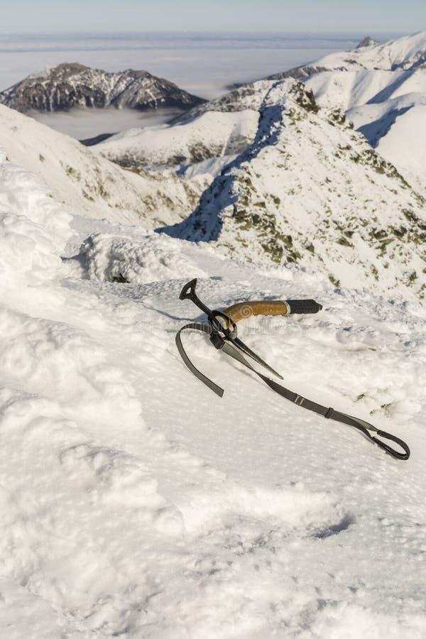 Eisaxt im Schnee lizenzfreies stockfoto