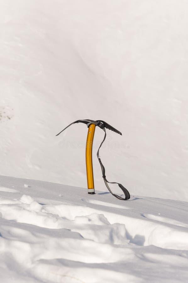 Eisaxt im Schnee lizenzfreie stockfotos