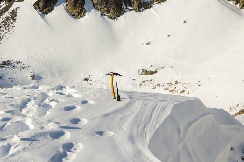 Eisaxt im Schnee stockfotografie