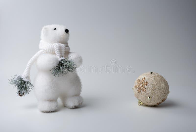 Eisbärwinter, Weihnachtsdekorationen auf weißem Hintergrund stockbilder